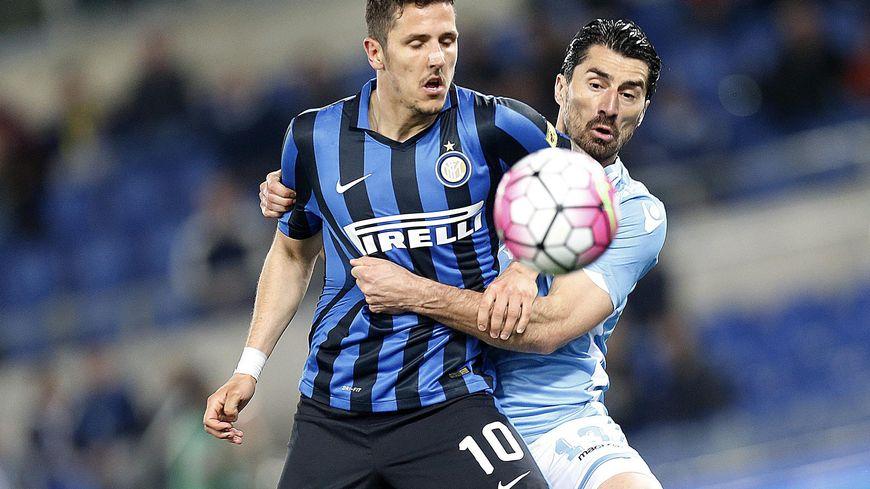 Le défenseur Milan Bisevac ( à droite sur la photo ) évoluait la saison passée à la Lazio de Rome