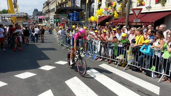 Arrivée à Périgueux du premier coureur Davide Cimolai, sur le contre la montre du Tour de France 2014
