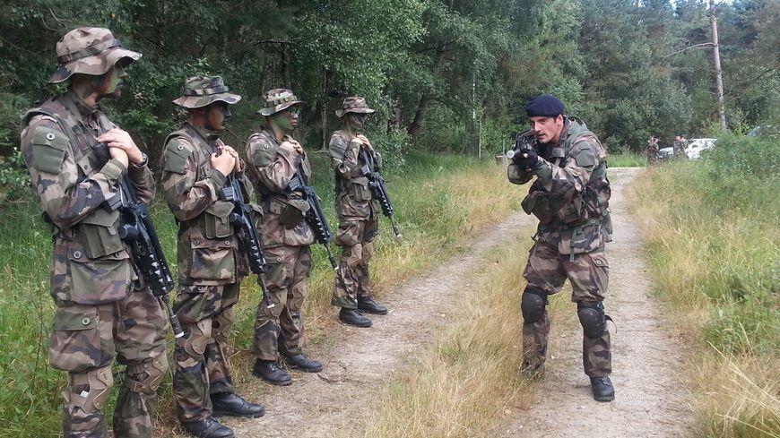 Stage d'entrainement pour intégrer la réserve opérationnelle de l'armée au 11ème RIMA près de Saint-Aubin-du-Cormier au nord de Rennes.