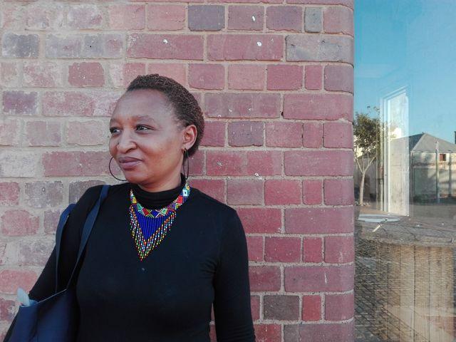 Nomvula Mafula devant la prison où sa mere a été enfermee