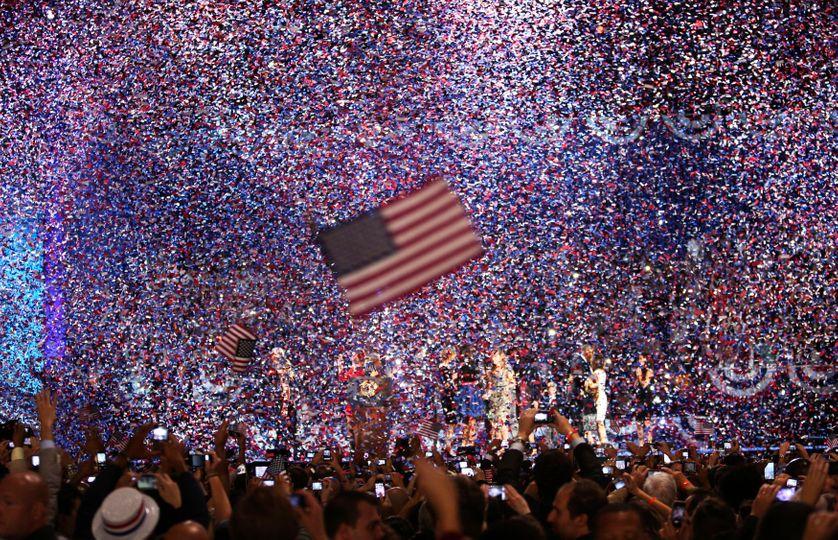 Les confettis recouvrent la scène où se trouve Barack Obama, après sa victoire en 2012.