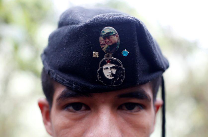 Edouard, combattant des FARC, porte un badge de Che Gevara et de Manuel Marulanda