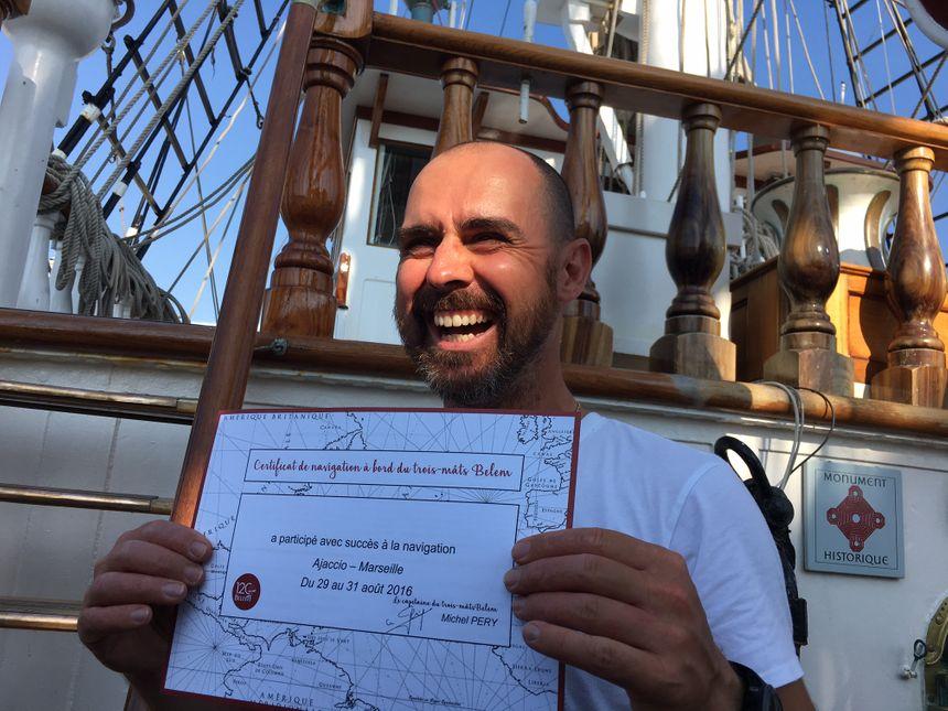 Olivier Rossi avec son certificat de navigation à bord du trois-mâts Belem