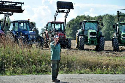 Manifestation des agriculteurs du massif central réunis au rond point de la croix de Fragne au Verneix avant le départ pour Paris.02-09-15
