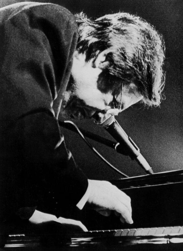 Le musicien brésilien Antonio Carlos Jobim jouant au piano, lors du Festival de Jazz de Vitoria, juillet 1985