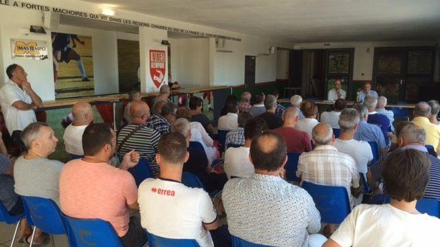 """Une cinquantaine de licenciés """"frondeurs"""" de l'association de Nîmes Olympique ont participé à la réunion hier au stade des Costières"""