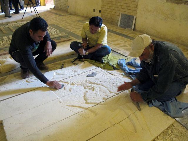 Des artistes irakiens oeuvrent à la reproduction de sculptures assyriennes détruites pas le groupe Etat Islamique à Nimroud
