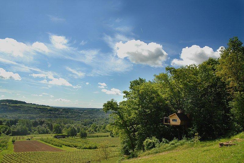 Les cabanes dominent les vignes du Domaine des Béliers, à Ancy-sur-Moselle.