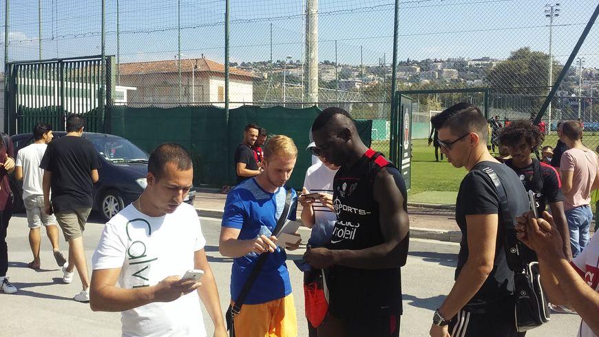 Mario Balotelli avec des supporters niçois