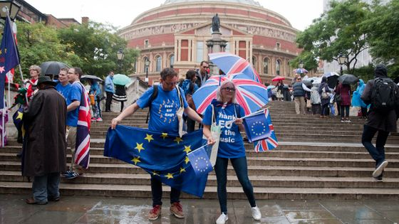 Des anti-Brexit distribuent des drapeaux européens devant le Royal Albert Hall de Londres quelques heures avant la Last Night of the Proms. (© Victor Tribot Laspière / France Musique)