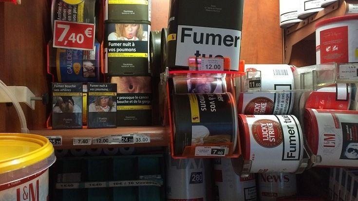 Dans le bureau de tabac de la place Fourneyron, les premiers paquets neutres se mêlent aux paquets traditionnels