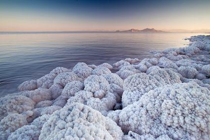 Les dépôts de sel sur la rive du lac Ourmia, troisième plus grand lac d'eau salée dans le monde le 19 Juin 2008, à Orumieh, Iran.