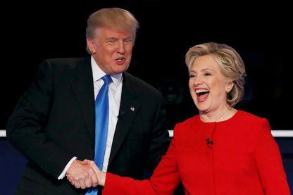 Les deux candidats à la présidence des Etats-Unis lors de leur premier débat télévisé. Donald Trump (républicain) serre la main d'Hillary Clinton (démocrate) à l'Université Hofstra à Hempstead, New York, États-Unis, le 26 septembre 2016