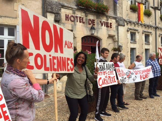 Une centaine d'opposants, devant la mairie de Saint-Aulaye ce lundi.