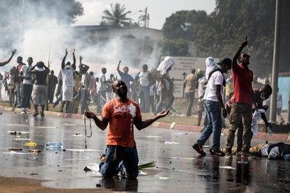 Un partisan du chef de l'opposition gabonaise Jean Ping prie en face des forces de sécurité qui bloquent une manifestation en essayant d'atteindre la commission électorale à Libreville (Gabon), le 31 août 2016