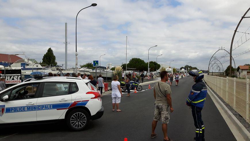 Policiers et gendarmes tiennent les parents d'élèves à l'écart.