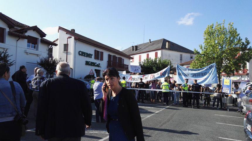 L'arrivée surprise des manifestants devant la maison de l'agriculture de Saint Palais