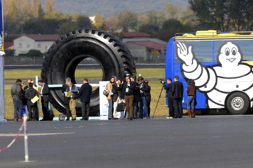 Ici le plus grand pneu du monde présenté lors de la journée de l'innovation du groupe Michelin