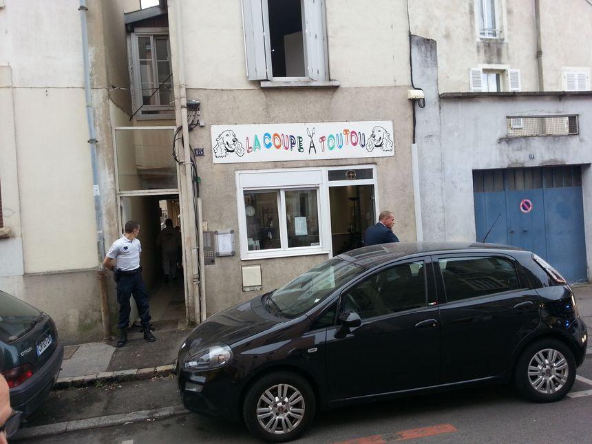 L'immeuble est situé dans une arrière-cour du 15 de la rue Palliot.
