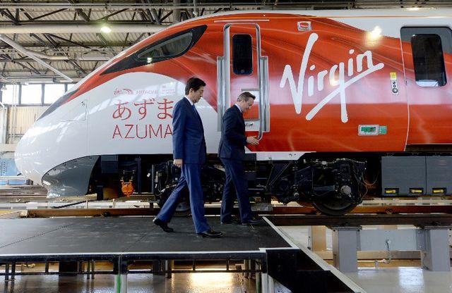 Le Premier ministre britannique David Cameron et le Premier ministre japonais Shinzo Abe visitent un centre d'entretien des trains Hitachi à l'ouest de Londres, le 5 mai 2016.
