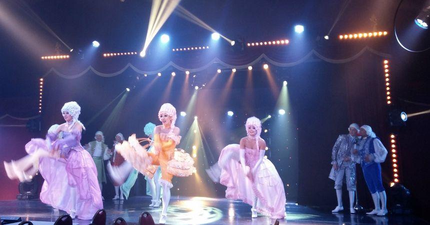 Le spectacle mêle music-hall, cabaret, cirque...
