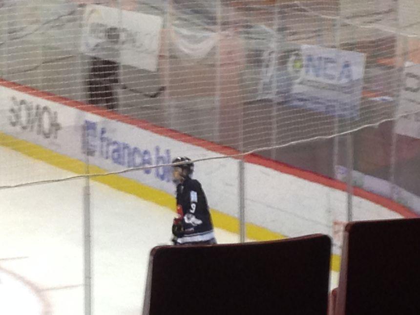 Justin Bieber avec le maillot des Gothiques et une grille pour protéger son visage