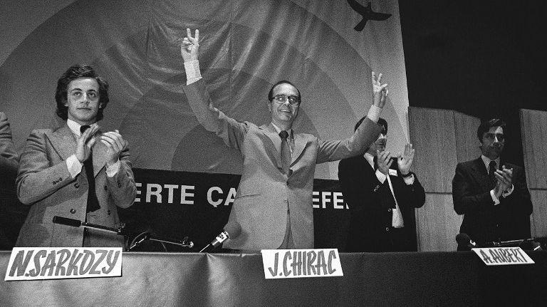 Jacques Chirac fait le signe de la victoire, le 23 juin 1976 à Paris, entouré des membres de l'UDR (Union des démocrates républicains) Nicolas Sarkozy et Alain Aubert
