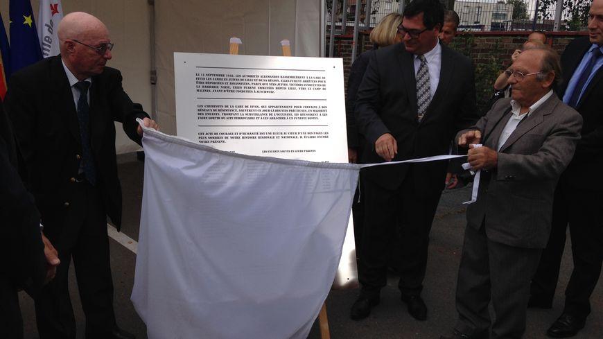 La plaque a été dévoilée par l'adjoint au maire de Lille, Franck Hanoh, et par deux enfants sauvés le 11 septembre 1942