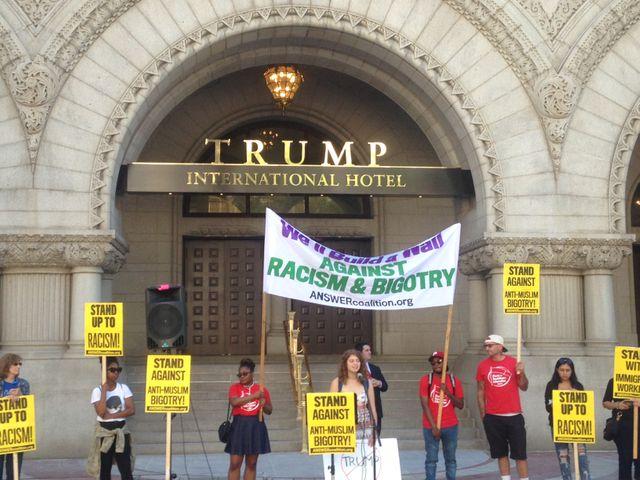Des manifestants anti-Trump se sont rassemblés devant le nouvel hôtel