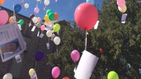 Des avis de recherche du jeune homme ont accompagné les ballons dans leurs ascensions