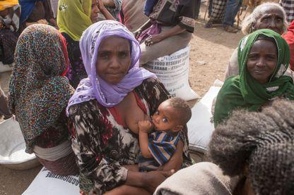 Des Éthiopiens attendent de la nourriture devant un centre d'aide