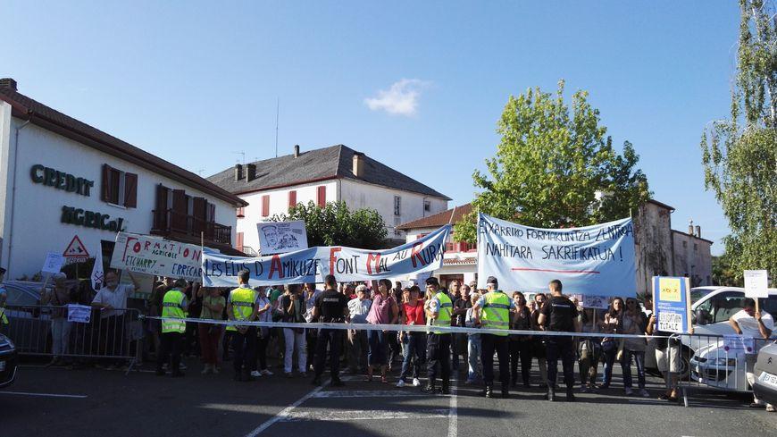 200 manifestants se sont invités à l'inauguration d'une antenne de la chambre d'agriculture à Saint Palais