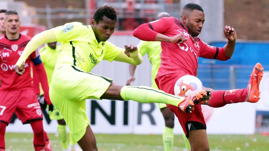 Le messin Habib Diallo contre le dijonais Jordan Lotiès, le 1er mai dernier au stade Gaston Gérard où le FC Metz s'était imposé 4 à 0