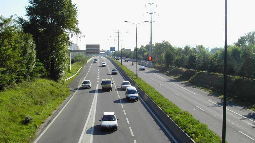 L'autoroute A480, le long du Drac. Image d'illustration.