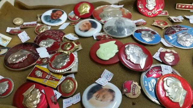 Pin's originaux sur Mao et la Révolution culturelle vendus dans la boutique de Madame Wang pour quelques euros