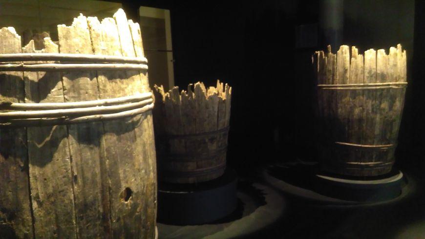 Ces trois tonneaux antiques mesuraient plus de 2 m de haut et pouvaient contenir plus de 1000 litres de vin. Ils sont exposés à la Maison Taittinger à Reims.