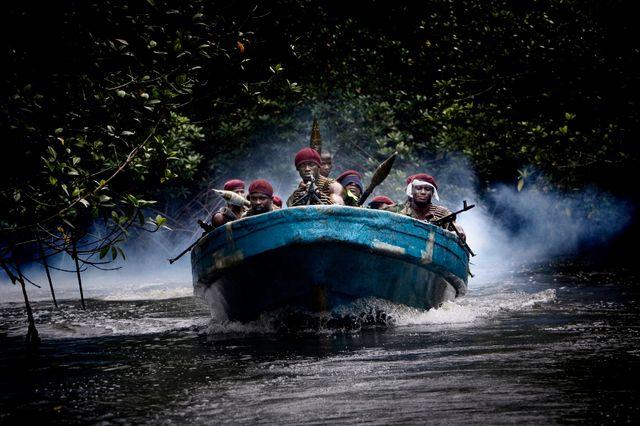 Nigéria, juillet 2009 - Les militants MEND (Mouvement pour l'Emancipation du Delta du Niger) sous le commandement de Tom Atteke reviennent d'une opération contre une plateforme pétrolière vers leur camp caché dans la mangrove du delta du Niger.