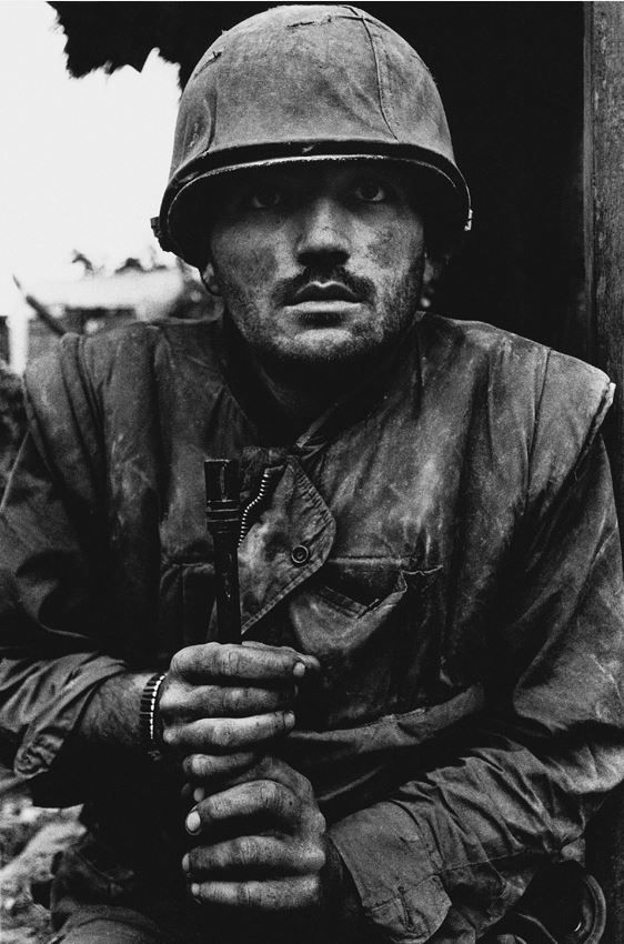 Hué, Vietnam du Sud, février 1968 Soldat américain en état de choc, attendant son transport à l'arrière durant l'offensive du Têt