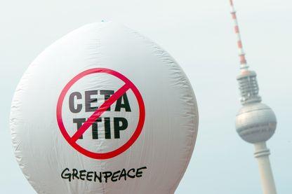Un ballon, avec les mots Ceta et TTIP barrés, flotte lors d'une manifestation contre le Ceta et les accords commerciaux de TTIP. Photo prise à Berlin, Allemagne, le 17 septembre 2016