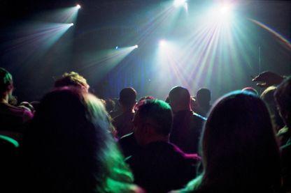 Foule dans l'attente du début du concert