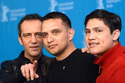 Rafi Pitts avec Daniel Torres et Johnny Ortiz, acteurs de son film Soy Nero pendant la Berlinale, le 16 février 2016.