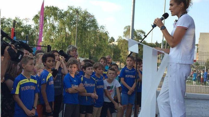 Elodie Clouvel devant les yeux admiratifs des enfants du club de Perpignan