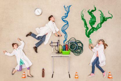 Illustration de chercheurs en laboratoire faisant des expériences
