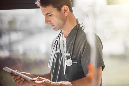 Un docteur à l'hôpital consulte sa tablette