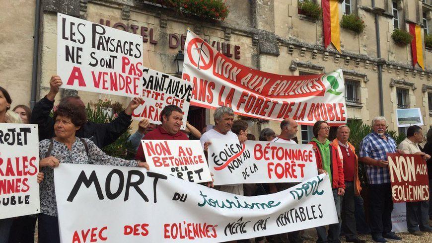 Une centaine de personnes se sont rassemblées devant la mairie de Saint-Aulaye pour dire non aux éoliennes