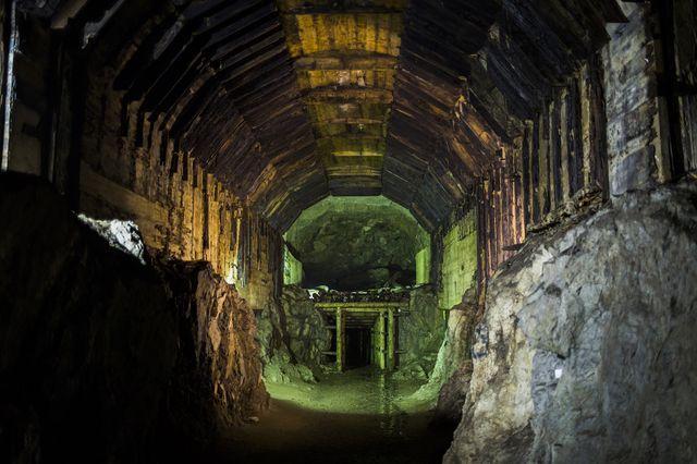 Un tunnel qui fait partie d'un ancien complexe souterrain nazi photographié le 20 octobre 2015 près de Walbrzych, Pologne