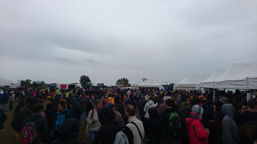 Malgré la pluie, les opposants sont venus en nombre dans un champ de la ferme du Mornantais.