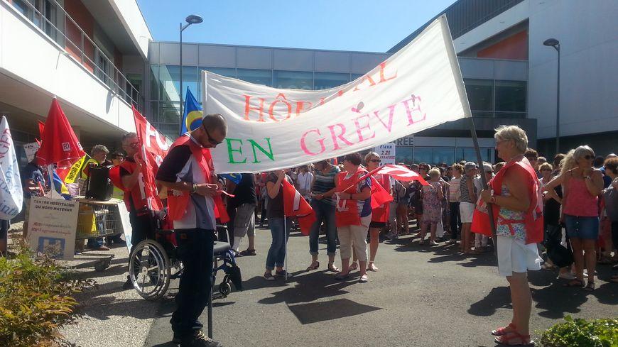 300 manifestants devant le Centre Hospitalier du Nord Mayenne