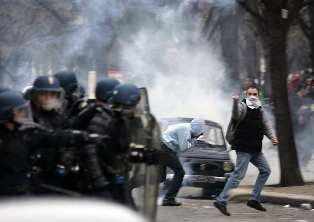 face-à-face violent entre CRS et casseurs aux Invalides, en marge de la manifestation anti-CPE du 23/03/2016