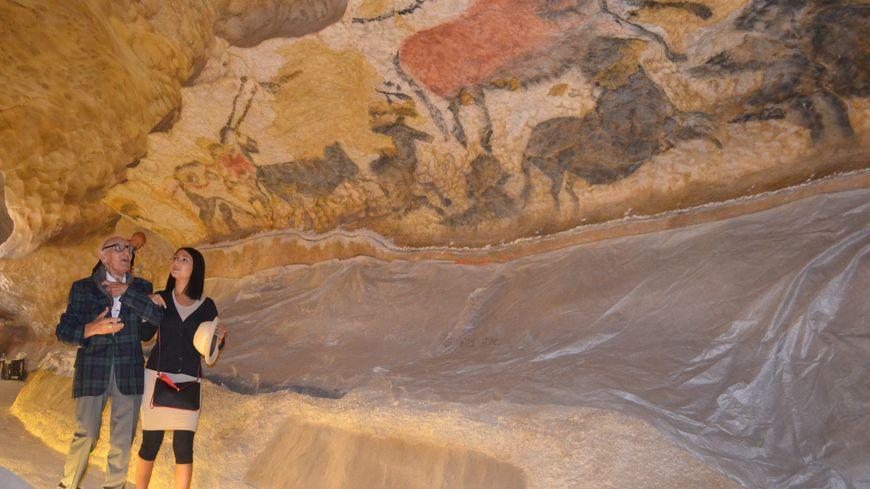 Simon Coencas dans le fac similé de la grotte de Lascaux avec sa petite fille